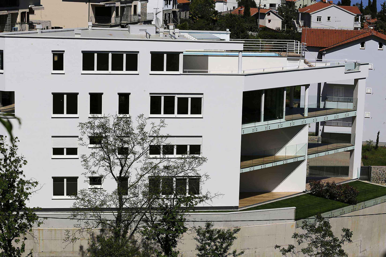 modern-apartment-near-the-sea-building