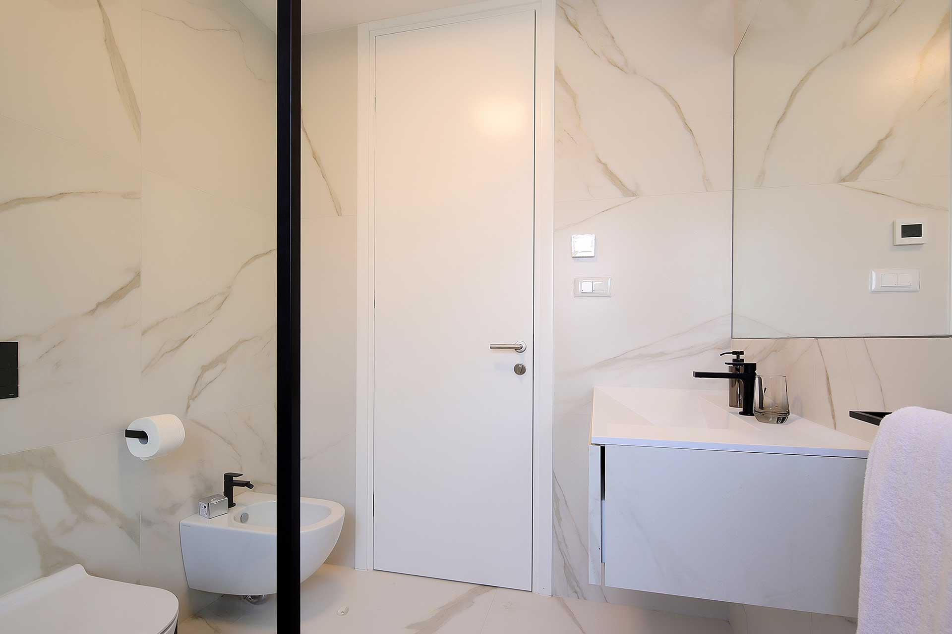 s4-Stylish-apartment-100m-from-the-beach-bathroom