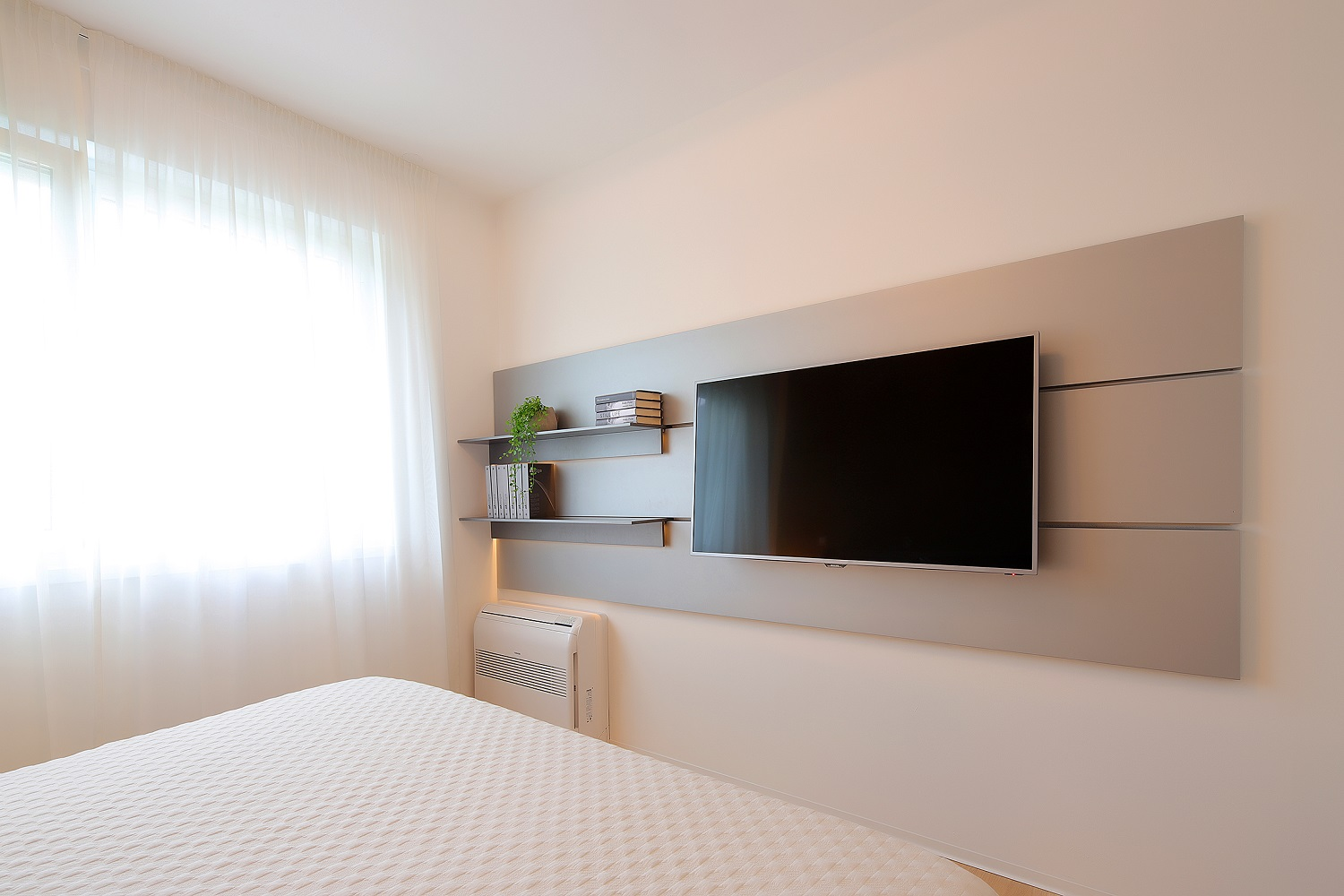 S2a - bedroom - TV