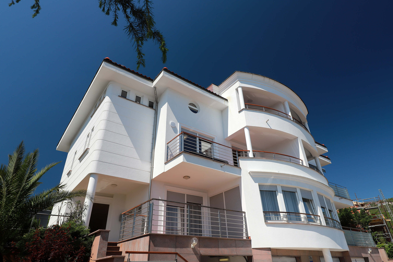 New luxury - building - entrance - balcony